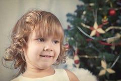 美丽的卷曲女孩,圣诞节纵向  免版税库存照片