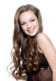 美丽的卷曲女孩头发愉快的长的年轻&# 免版税库存照片