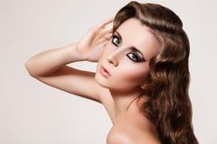 美丽的卷曲方式头发做模型减速火箭  免版税库存照片