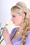 美丽的卷曲花头发长的妇女 免版税库存图片