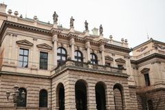 美丽的历史大厦在有站立在上面的阳台、专栏和雕塑的布拉格 捷克建筑学 免版税库存图片