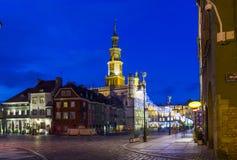 美丽的历史市政厅夜照片在波兹南,波兰 免版税库存照片