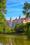 美丽的历史建筑看法在河奥得银行的在弗罗茨瓦夫 图库摄影