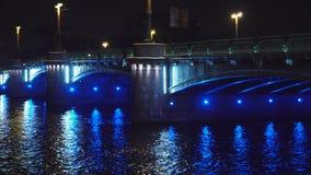 美丽的历史的河上的桥在夜全景的欧洲城市 股票录像