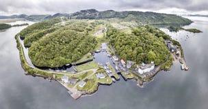 美丽的历史的港口村庄Crinan -打开第02部分的锁的鸟瞰图 图库摄影
