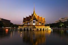 美丽的原始的泰国教堂在湖 免版税库存照片