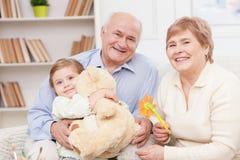 美丽的友好的家庭花费时间 免版税库存照片