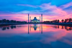美丽的反射清真寺大厦射击 库存图片