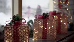 美丽的发光的圣诞装饰礼物站立 影视素材