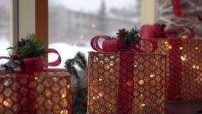 美丽的发光的圣诞装饰礼物站立 股票视频