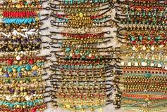 美丽的发光的颜色石头镯子品种待售在市场上 库存图片