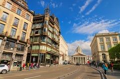 美丽的古老大厦和布鲁塞尔皇家正方形与圣雅克教会Coudenberg的 免版税库存照片