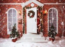 美丽的可爱的妇女在圣诞老人衣裳 免版税库存照片
