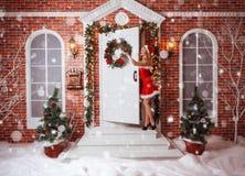 美丽的可爱的妇女在圣诞老人衣裳 免版税库存图片