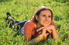 美丽的可爱的深色的女孩在草甸说谎 库存图片