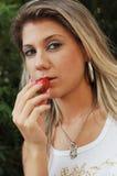 美丽的吃女孩草莓 免版税库存照片