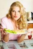 美丽的吃的意粉妇女 图库摄影