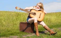 美丽的吉他室外妇女 库存图片