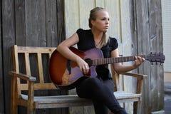 美丽的吉他演奏员 免版税库存图片