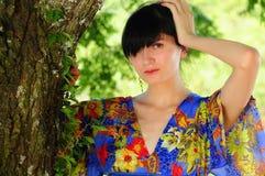 美丽的吉普赛深色的妇女在森林 免版税库存照片