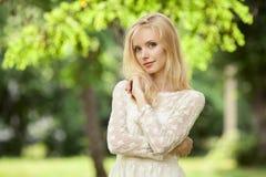美丽的后面白肤金发的大厦她的现代户外妇女年轻人 库存图片