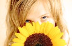 美丽的向日葵妇女 免版税库存图片