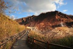 美丽的含硫谷和步行道路在北海道,日本 免版税库存图片