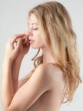 美丽的含蓄的露胸部的妇女 免版税库存照片