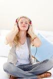 美丽的听的音乐少年 免版税图库摄影