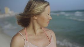 美丽的吹在热带海滩4k的风的年轻女人微笑的头发接近的画象  影视素材