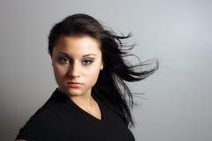 美丽的吹的深色的头发 免版税图库摄影