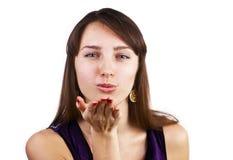 美丽的吹的深色的白种人亲吻妇女 免版税库存照片