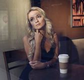 美丽的咖啡杯女孩 库存照片