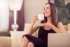 美丽的咖啡杯藏品妇女 免版税库存图片