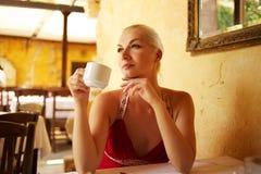 美丽的咖啡饮用的妇女年轻人 免版税库存照片