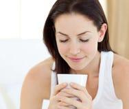 美丽的咖啡饮用的妇女 库存照片