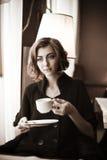 美丽的咖啡馆女孩 免版税库存照片