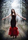 美丽的哀伤的女孩在秋季森林里 免版税库存照片