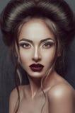 美丽的哥特式女孩画象有令人敬畏的构成和发型的 库存图片
