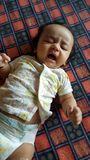 美丽的哭泣的印度婴儿女孩 免版税库存照片