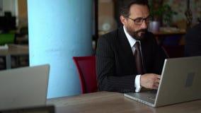 美丽的商人在办公室使用小配件 股票录像