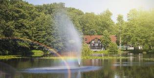 美丽的喷泉和彩虹在湖 库存照片