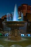 美丽的喷泉在晚上 不冻港市 俄国的远东 22 09 2013年 免版税图库摄影