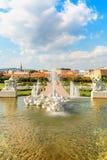 美丽的喷泉在眺望楼宫殿,维也纳,奥地利 垂直 免版税库存照片