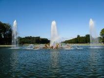 美丽的喷泉扭伤水在宫殿在晴天从事园艺在法国 免版税库存图片