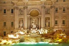 美丽的喷泉晚上罗马trevi 免版税图库摄影