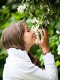 美丽的嗅到的妇女年轻人 库存照片