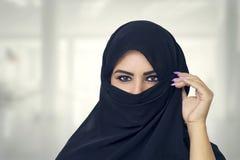 美丽的回教女孩佩带的burqa特写镜头 库存图片