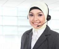 美丽的回教妇女顾客服务操作员 库存照片