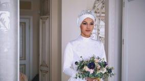 美丽的回教新娘与在美丽的婚礼礼服组成 库存照片